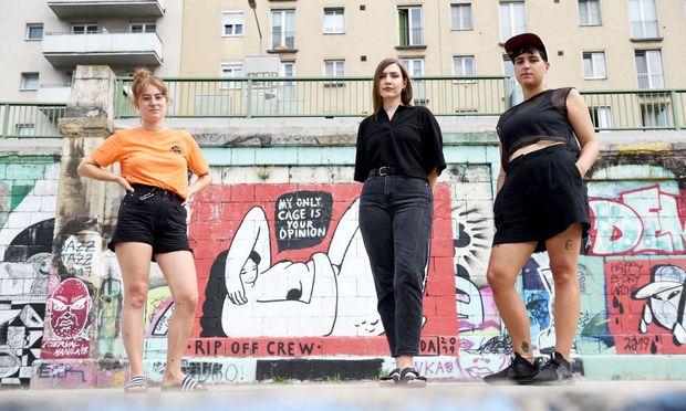 Die Rip Off Crew am Donaukanal: Katharina Löffelmann, Mariella Lehner und Linda Steiner (von links). Die Frau im Hintergrund ist von Steiner.