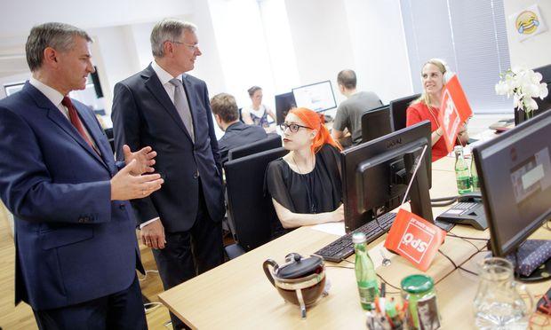 Die Wahlkampfzentrale der SPÖ ist im Einsatz, Spitzenkandidat Kern war beim EU-Gipfel in Brüssel: Bundesgeschäftsführer Georg Niedermühlbichler (l.) und Sozialminister Alois Stöger eröffneten das Kampagnenbüro in der Löwelstraße. / Bild: (c) APA/GEORG HOCHMUTH