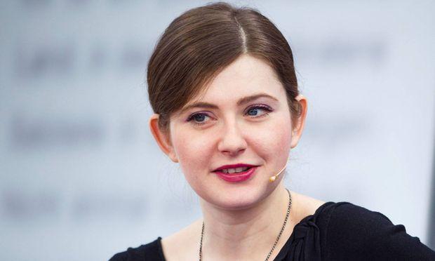 """Olga Grjasnowa wurde 1984 in Baku geboren und kam mit elf Jahren nach Deutschland. """"Gott ist nicht schüchtern"""" (Aufbau Verlag) ist ihr dritter Roman. Sie lebt in Berlin."""