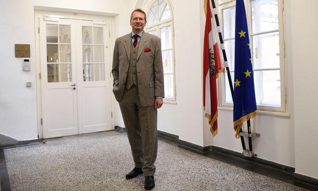 Generalsekretär Wolfgang Baumann ist Oberst, tritt aber in Zivil auf.