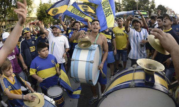 Die Fans der Boca Juniors feiern bereits. Manche hatten genug Geld für den Flug nach Madrid, wo am Sonntag das Finale der Copa Libertadores steigen wird.