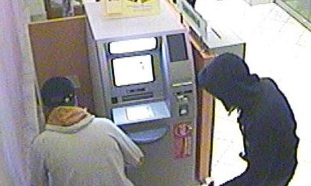 Die Täter knackten den Geldautomaten mit Brecheisen und massivem Gewalteinsatz und stahlen die Geldkassetten.