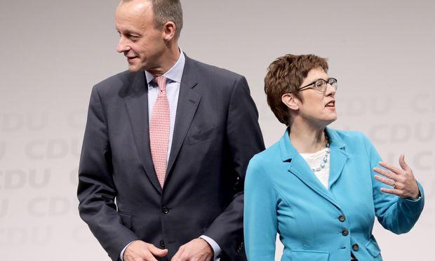Der 63-jährige Wirtschaftsanwalt Friedrich Merz oder die 56-jährige Generalsekretärin Annegret Kramp-Karrenbauer? Beim CDU-Parteitag am Freitag wird mit einer Stichwahl gerechnet.