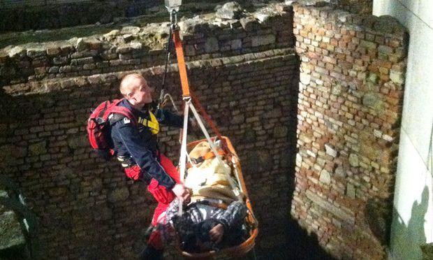 Der Münzdieb musste mit einer Rettungswanne geborgen werden.
