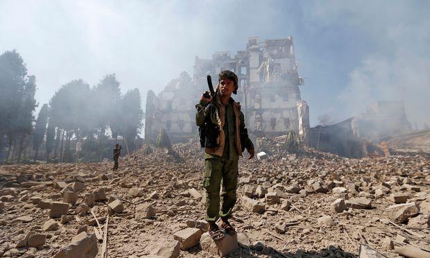 Ein Houthi-Rebell besichtigt die Schäden in Jemens Hauptstadt Sanaa.