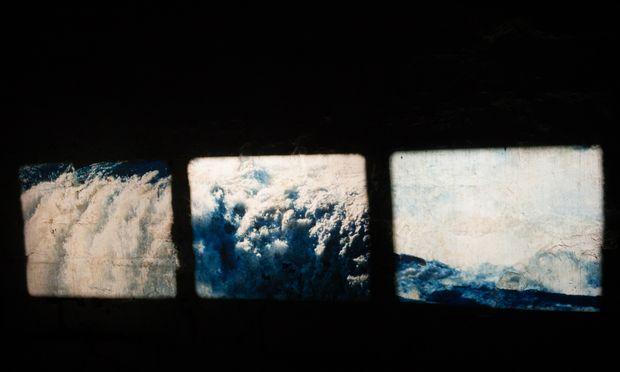 """""""Wasserbad"""". In Antoinette Zwirchmayrs Arbeit trifft Analogfilm auf -fotografie."""