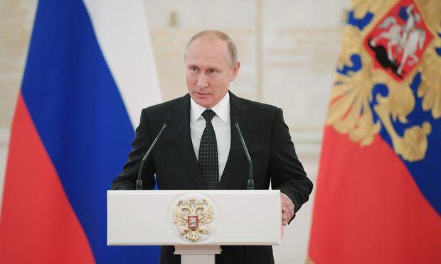 Sympathisanten hat Putin auch in einem Teil der österreichischen Regierung. Die FPÖ hat einen Freundschaftsvertrag mit der Kreml-Partei Einiges Russland geschlossen und hätte am liebsten schon im Koalitionsabkommen einen Ausstieg aus den EU-Sanktionen angekündigt.