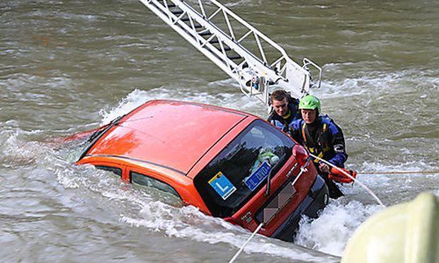 L17 Fahrschülerin Stürzte Mit Auto In Die Enns Diepressecom