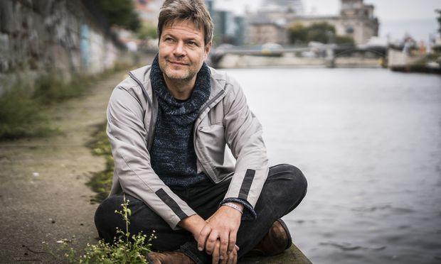 Robert Habeck in der Pose des freundlich-nachdenklichen Philosophen. Der Grünen-Chef zählt zu den beliebtesten deutschen Politikern.