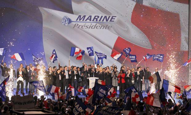 Marine Le Pens Anhänger jubeln der Parteichefin zu. Die TV-Debatte heute wird zur ersten Nagelprobe.