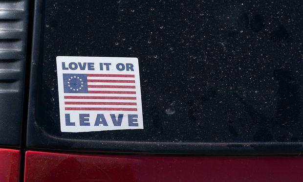 Ein Sticker auf dem Auto eines Trump-Anhängers.