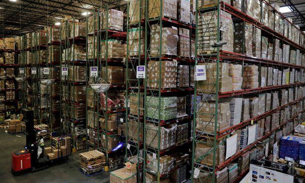 """Amazon eröffnete im Herbst sein erstes Verteilerzentrum in Österreich. Dort würden aber nicht so """"jenseitige Löhne"""" wie in Deutschland gezahlt, sagt die Gewerkschaft."""