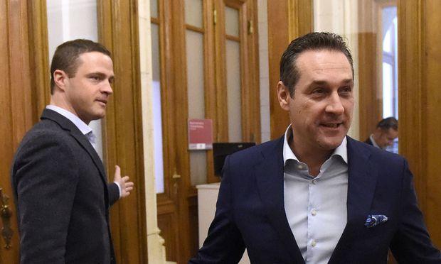 Heinz-Christian Strache und Johann Gudenus (hier im Oktober 2015 im Wiener Rathaus) haben nun auch wegen einer Postenbesetzung Erklärungsbedarf.