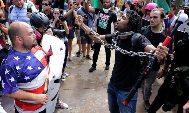 """Schon Stunden vor Beginn der Versammlung """"Vereinigt die Rechte"""" lieferten sich ultrarechte Teilnehmer heftige Faustkämpfe mit Gegendemonstranten."""