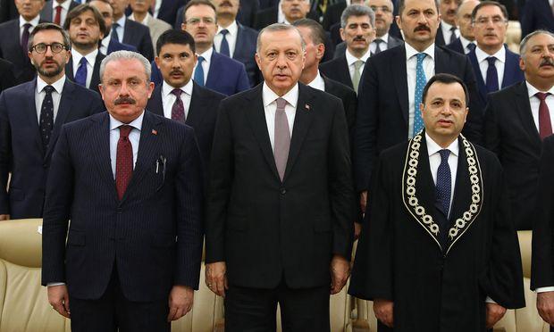 Der türkische Präsident, Recep Tayyip Erdoğan, gemeinsam mit dem Präsidenten des Verfassungsgerichtshofes, Zühtü Arslan (rechts).