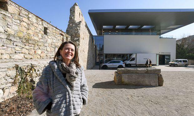 Brigitte Tauchner vor dem Museum St. Peter in der Sperr.