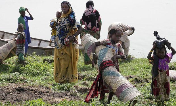 Diese Menschen kehren nach der Flucht vor den Islamisten von Boko Haram wieder auf die Insel im Tschadsee in Zentralafrika zurück.