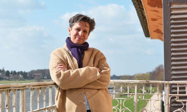 Aussicht: Tulga Beyerle auf dem Balkon vor ihrem Büro. Darunter fließt die Elbe.
