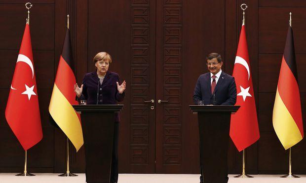 Die deutsche Bundeskanzlerin, Angela Merkel, hat den Deal zum Stopp der Flüchtlingswelle gemeinsam mit dem türkischen Ministerpräsidenten, Ahmet Davutoğlu, vorbereitet. Nun berät der EU-Gipfel darüber.