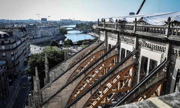 Im Dach der Kathedrale war viel Blei, das sich durch den Brand auch auf der Île de la Cité verteilte.
