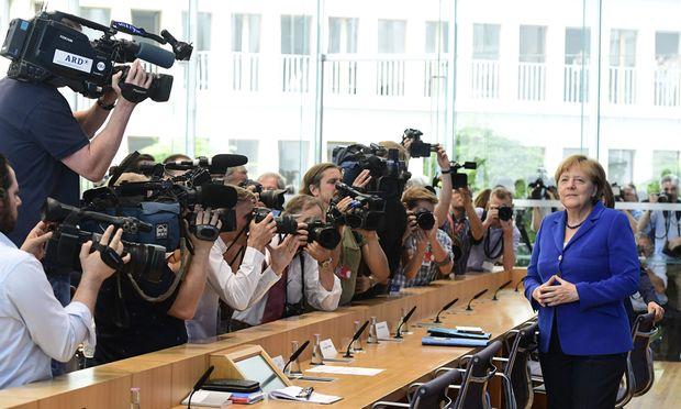 """Angela Merkel vor der versammelten Hauptstadtpresse: """"Die Terroristen verhöhnen das Land, das sie aufgenommen hat."""""""