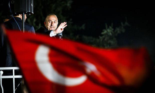 Der t�rkische Au�enminister Mevlut Cavusoglu schwenkt die Nationalflagge anl�sslich einer Wahlkampag