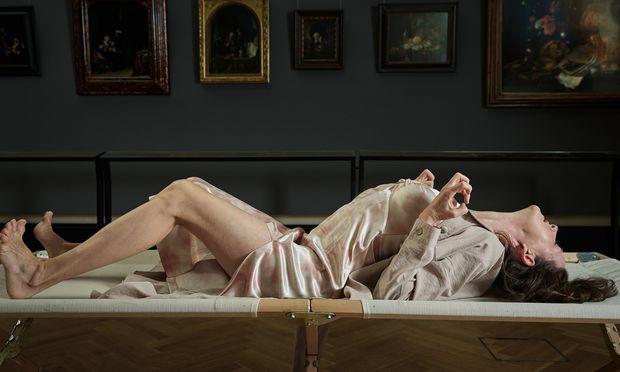 """Burgschauspielerin Sabine Haupt entäußert sich für """"Alte Frau am Fenster"""" von Gerard Dou."""