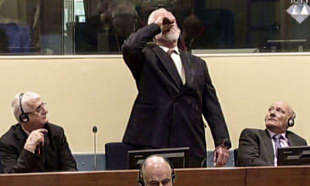 """""""Ich bin kein Krimineller"""", soll Praljak gesagt haben, bevor er aus einem kleinen Fläschen trank."""