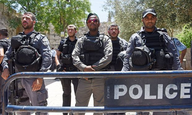 Sicherheitskräfte neben dem Eingang zum Tempelberg in Jerusalem
