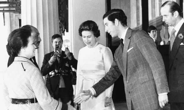 Königin Elizabeth II. und Prinz Charles begrüßen den früheren ägyptischen Präsidenten Muhammad Anwar as-Sadat und dessen Frau in Großbritannien, ca. 1975
