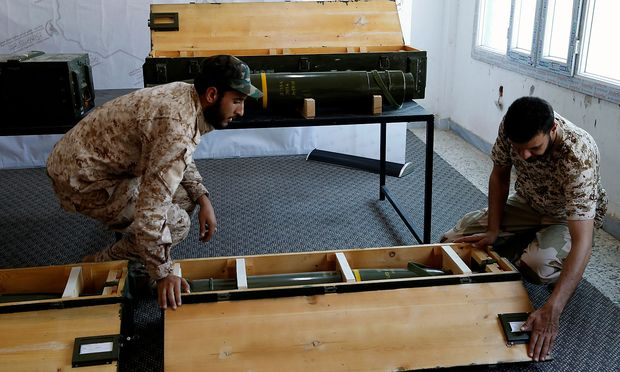 Soldaten der Regierungsarmee mit konfiszierten Waffen der Truppen des konkurrierenden General Haftars in Gharyan.