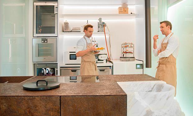 Tüftler. Die Zwillinge Ivan and Sergej Beresuzki in ihrem Hightech-Küchenlabor.