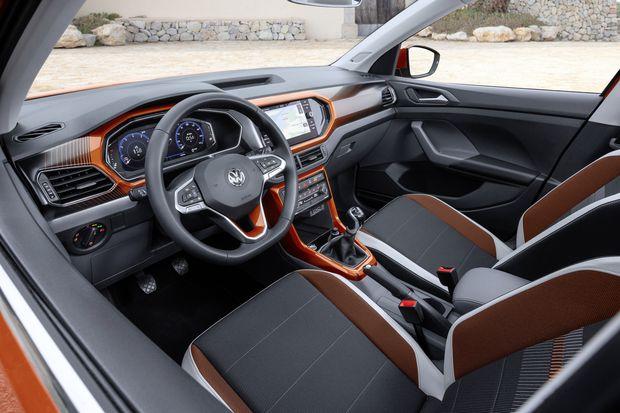 Kantig, VW-ig, bunt: T-Cross-Interieur. Je nach Motorvariante gibt es fünf oder sechs manuelle, optional sieben automatische Gänge.
