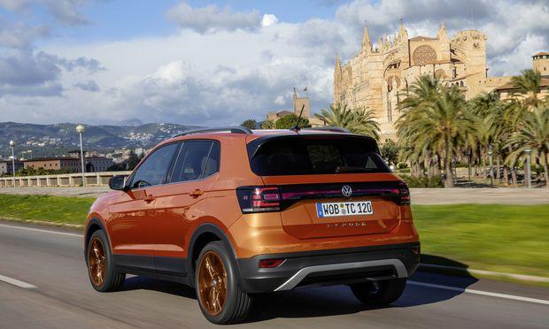 Volkswagens neues Klein-SUV mit markantem Leuchtenband zur besseren Unterscheidung: der 4,1 Meter lange T-Cross.