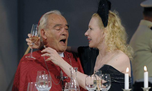 Rehberg als 'Kardinal' und Sunnyi Melles als 'Millionärin' in 'Immanuel Kant', 2009 im Wiener Burgtheater.