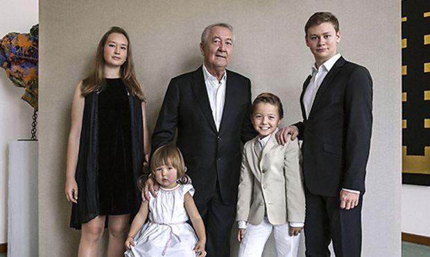 Sammler Franz Wojda mit seinen Enkelkindern, fotografiert von Rita Nowak