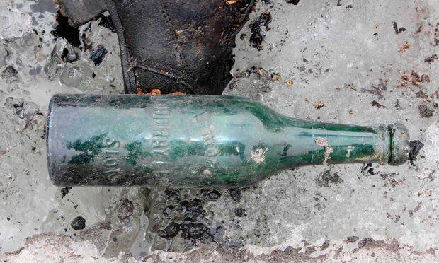 Im Juli 2017 wurde diese Flasche im Gebiet des Tsanfleuron-Gletschers (Wallis) gefunden.  Erst heuer gab das sich zurückziehende Eis ein Paar frei, das vor 75 Jahren verschwunden war.