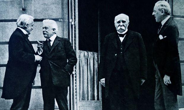 David Lloyd George (Großbritannien), Minister Vittorio Emanuele Orlando (Italien), Georges Clemenceau (Frankreich), Woodrow Wilson (USA) in einer Pause der Friedensverhandlungen in Versailles.