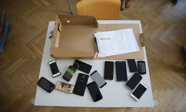 Alle Handys präventiv abgenommen, ein konventioneller Schummelzettel aber erst während der Matura entdeckt?