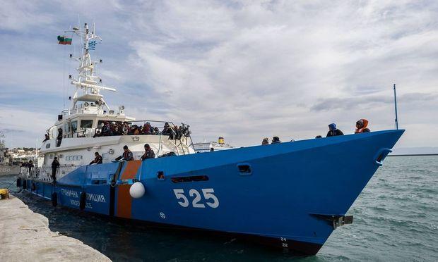 Fluechtlinge im Hafen Mytilini Griechenl