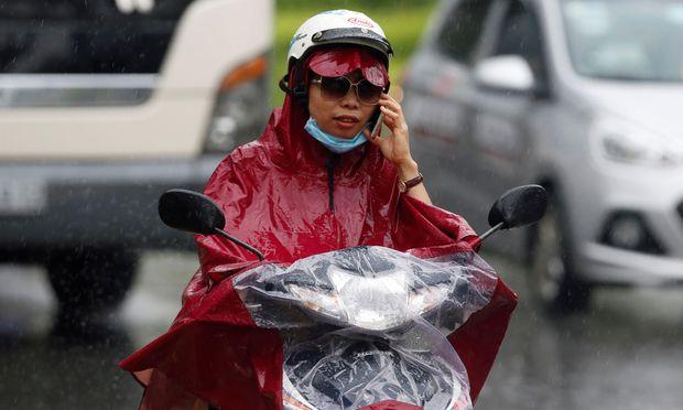 Der Regen hüllt Hanoi in Melancholie und Plastik.