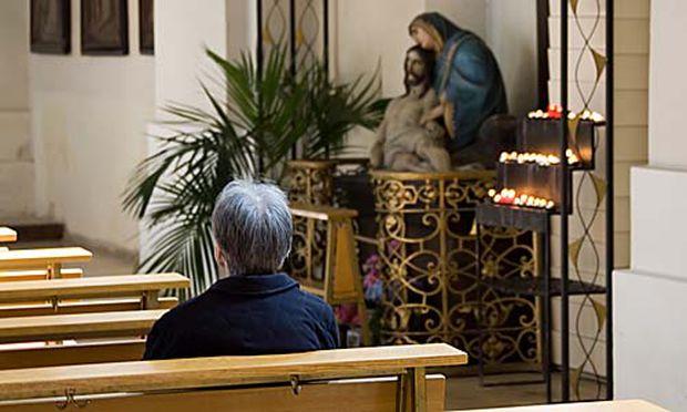 Symbolbild: Einsame Frau in Kirche