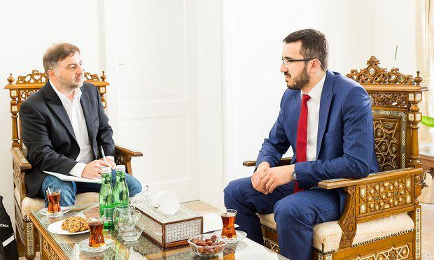 """Ibrahim Olgun (r.), Präsident der  Islamischen Glaubensgemeinschaft in Österreich,  im Gespräch mit """"Presse""""-Redakteur Erich Kocina."""