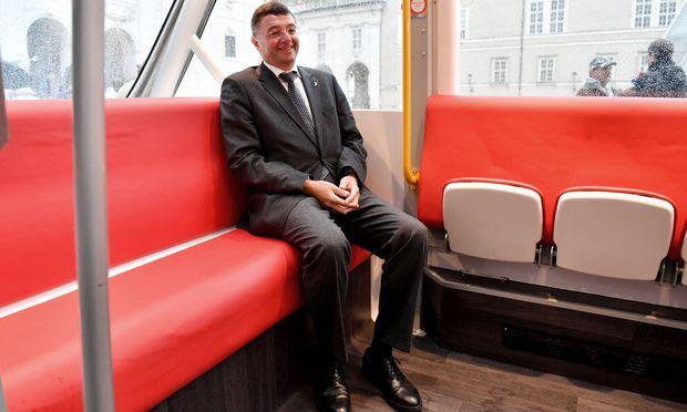 Minister Leichtfried im Bus.