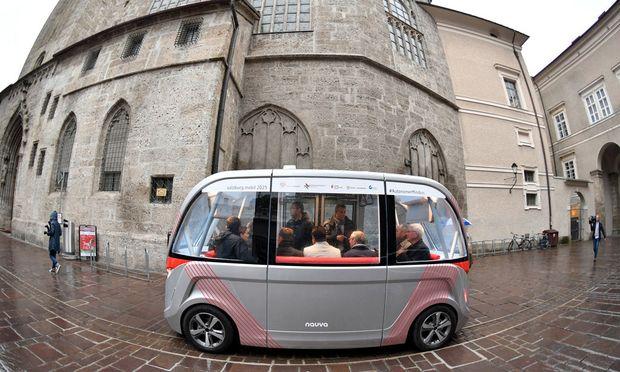 Minibus fährt durch Salzburg.