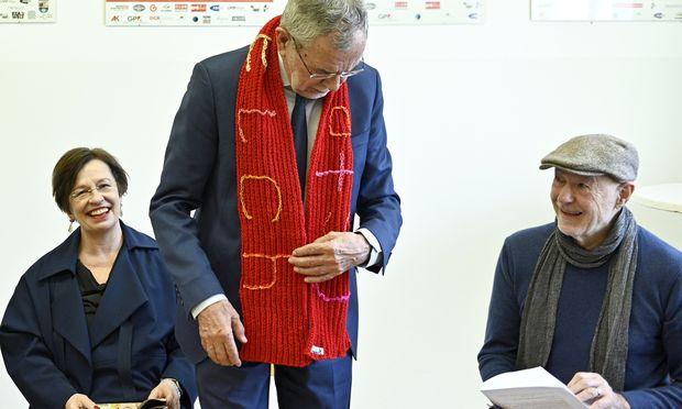 Integrationshaus-Gründer Resetarits (r.) erhielt Besuch, Präsident Van der Bellen (mit Ehefrau Schmidauer) einen Schal.