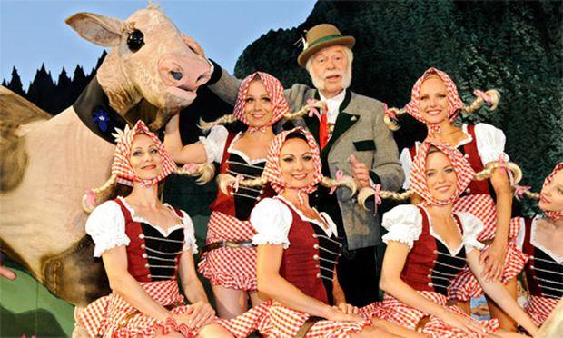 Mörbisch-Intendant Harald Serafin als Kaiser Franz Josef I. in der Kulisse seines ''Weißen Rössl''. Via ORF sahen die Premiere 602.000 Zuschauer.