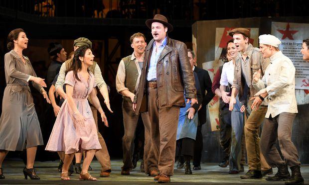 """Wenig neue Impulse, aber lustvolles Spiel bei """"Don Camillo & Peppone"""" als Musical im Ronacher."""