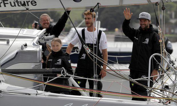 The Team Malizia v.l.: Gretas Vater Svante, Greta Thunberg, Pierre Casiraghi und der deutsche Skipper Boris Herrmann