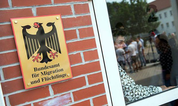 Innenminister Thomas de Maiziere CDU und Brandenburgs Ministerpraesident Dietmar Woidke SPD besu